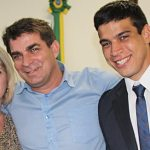 O vereador Guilherme Pitiquinho, o mais votado, com a tia Cristina e o pai Hamilton Pitico