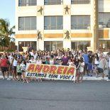 A bióloga e empresária Andréia, dona da Academia Mitra, recebeu um abraço simbólico, após ter sofrido um violento ataque com ácido, em frente à Escola Corujinha, em Itaúna