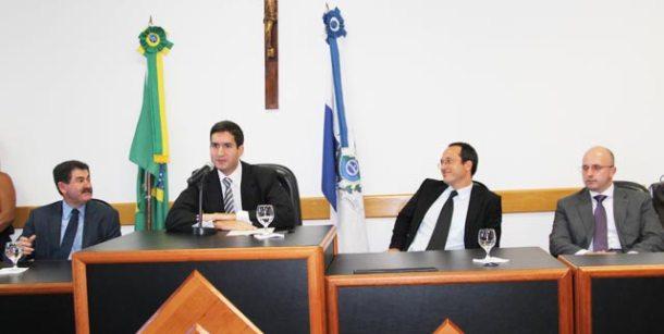 O juiz eleitoral de Saquarema, Rafael Rezende das Chagas, presidiu a cerimônia  de diplomação dos eleitos no Fórum, ao lado do deputado Paulo Melo,  do promotor Stephan Sthann e do juiz Ricardo Pinheiro Machado. (Foto: Fotos: Edimilson Soares)