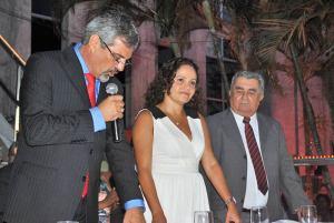 O presidente da Câmara Municipal, vereador Paulo Renato, dando posse à prefeita Franciane Motta e ao vice Zequinha Martins