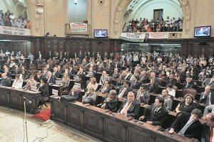 A plenária do Palácio Tiradentes lotada de deputados, autoridades e eleitores, que marcaram presença na posse festiva do presidente da ALERJ reconduzido para os próximos 2 anos