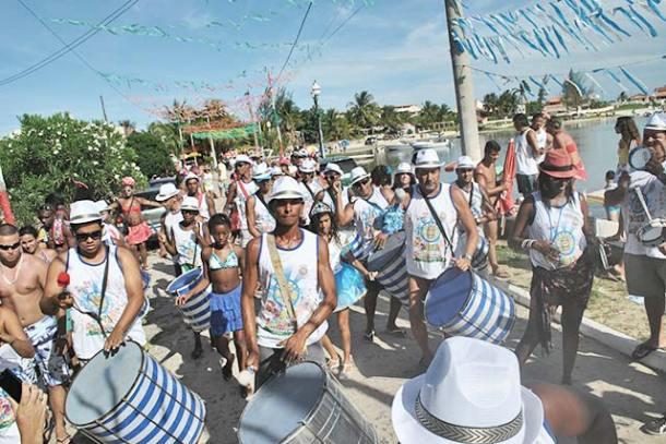 A Turma do Barril saiu animando a orla da Lagoa de Saquarema, na Barrinha (foto: Agnelo-Quintela)