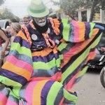 """A tradicional fantasia de """"clóvis"""", cada vez mais rara nos últimos anos, apareceu em Jaconé (foto: Edimilson Soares)"""