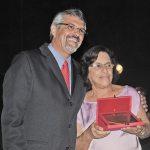 O presidente da Câmara, vereador Paulo Renato, felicita com a Comenda Mulher de Ouro a Vera Lúcia Martins (Foto: Agnelo Quintela)