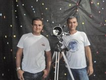 A interatividade dos alunos com o material da exposição e os palestrantes, biólogo Carlos Alexandre e astrônomo Rogério Silva