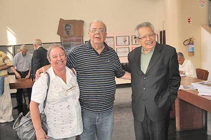 A veterana jornalista Dulce Tupy com os dinossauros da imprensa brasileira – Sérgio Cabral e Maurício Azêdo – na eleição da ABI (Edimilson Soares)