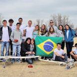Após a vitória, alunos de engenharia mecânica erguem a bandeira brasileira no Texas (divulgação)
