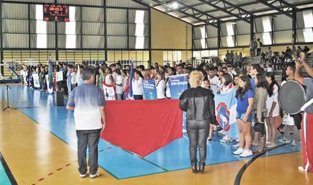 Estudantes das escolas participantes, reunidos com seus diretores  e treinadores, na solenidade de abertura dos Jogos Estudantis 2013 (Agnelo Quintela)