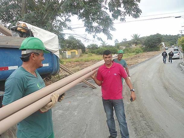 O vereador Kilinho acompanhando e fiscalizando as obras em andamento  no bairro Bonsucesso e em outras localidades (Rejane Falcão)