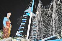Procissão marítima, que ilumina a noite de Saquarema,  é tradição entre pescadores e todos os saquaremenses (Agnelo Quintela)