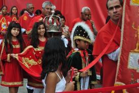 Fiéis arrastam populares, que seguem a bandeira do Divino  em devoção pelas ruas