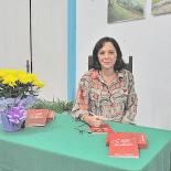 A autora Márcia Campos autografando seus livros na Casa de Cultura (Foto: Agnelo Quintela)