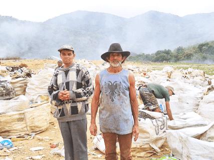 """Catadores trabalhando no """"lixão"""" de Saquarema (Foto: Michele Maria)"""