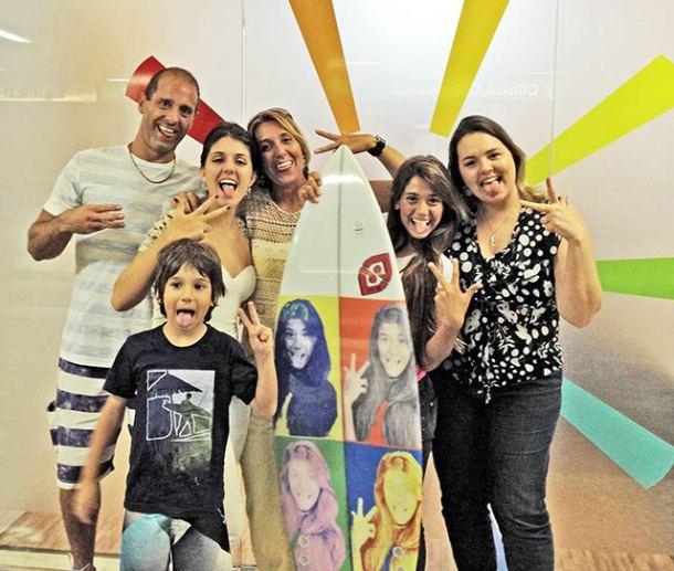 A fisioterapeuta Adriana Bonelli passou o dia do seu aniversário no Rio, com toda a família. E aproveitou um tempinho para visitar a prima-irmã Lia Caldas, diretora de arte do jornal O Saquá, no seu novo escritório na Subito Creative, no Leblon, bairro onde as duas priminhas passaram boa parte de suas vidas. Adriana foi com o maridão Zé, as filhas Juliana e Carol e o caçula Zeca. Aproveitaram bastante!