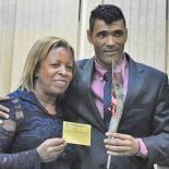 Professora Elenice recebe homenagem do vereador Kilinho (Foto: Agnelo Quintela)