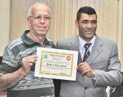 O diretor administrativo, Enédio Azeredo, recebeu o diploma de reconhecimento por seu trabalho através do vereador Kilinho