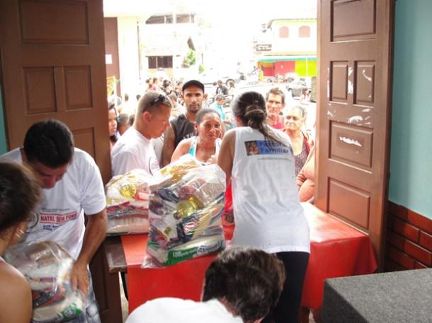 Famílias recebem donativos (Foto: Paulo Lulo)