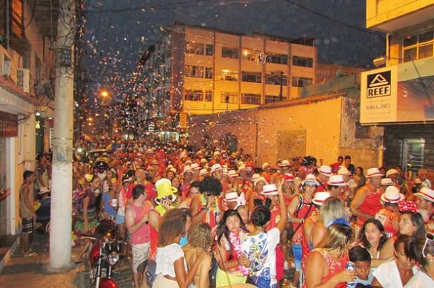 As ruas do Centro foram tomadas por foliões que acompanharam o Bloco do Truco (Foto: Paulo Lulo)