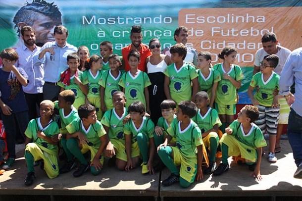 O jogador do Flamengo tirou foto com a criançada, com a prefeita e demais autoridades presentes (Waldo Siqueira)