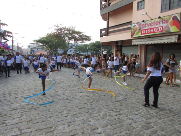 Depois de 8 anos sem desfilar, o Colégio Cenecista  fez uma bonita evolução no desfile cívico-escolar (Foto Paulo Lulo)