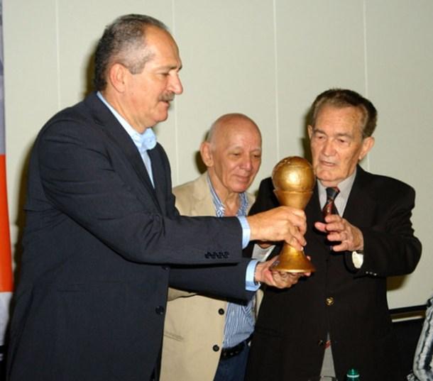 O ministro Aldo Rebelo entregando ao radialista Léo Batista a homenagem do Sindicato dos Jornalistas, representado pelo presidente Continentino Porto (Foto Tomaz Silva / Agência Brasil)