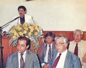 Na tribuna, o então vereador Paulo Melo, ladeado pelo juiz Leomil Pinheiro, pelo ex-vereador Victor da Farmácia, prefeito Carlos Campos e vereador Derval Pinheiro.