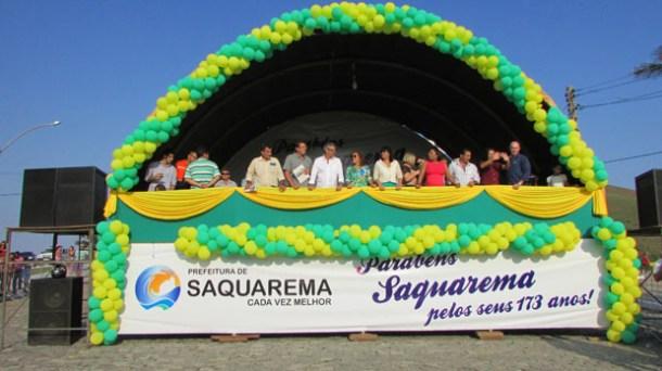 O palanque das autoridades no desfile cívico-escolar, em frente à igreja N. Sra. de Nazareth (Foto Paulo Lulo)