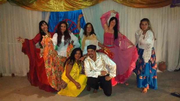 A dança cigana é feita em homenagem à Santa Sara Kali (Foto: Roberto Trajano)