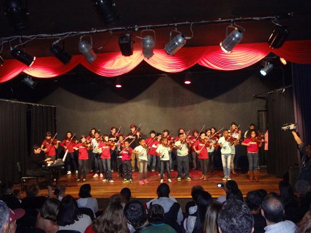 O concerto de piano e violinos emocionou a plateia do Teatro Municipal Mário Lago (Foto: DULCE TUPY)