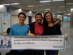 O campeão João Victor com o pai Perninha e a mãe Ludmila (Foto: Divulgação)