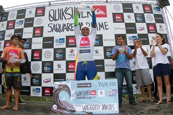 O campeão Wiggolly Dantas recebe a premiação e os aplausos da galera, tendo ao lado a vibração do secretário municipal de Esportes, Lazer e Turismo, Amarildo Orelha. (Foto: Daniel Smorigo - ASP)