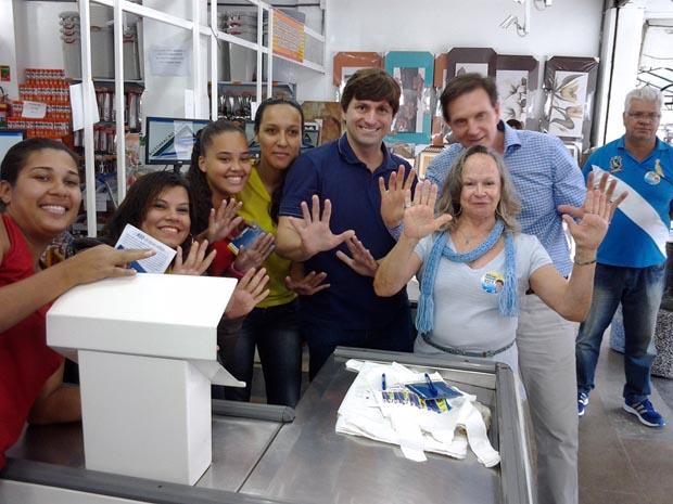 Bruno Pinheiro e sua mãe Maria José com o candidato Crivela (Foto: Divulgação)