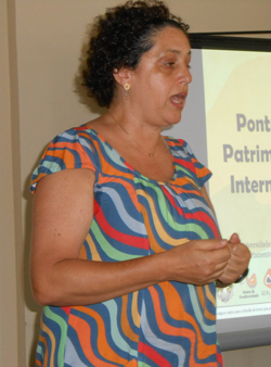 A professora Kátia Mansur lamenta o desaparecimento do sítio geológico (Foto: Dulce Tupy)