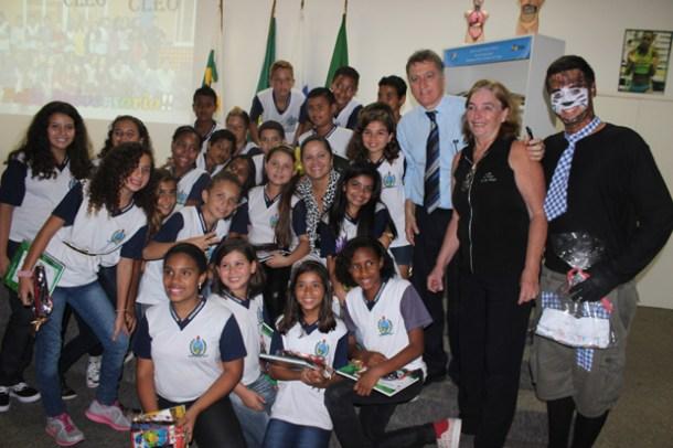 A prefeita Franciane, o vereador Chico Peres e a professora Ângela entre os pequenos leitores do CLEO (Foto: Michele Maria)