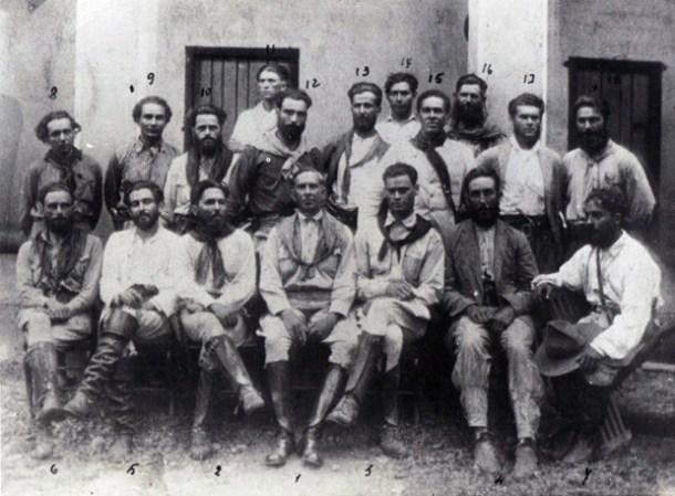 Foto histórica da Coluna Prestes, com o capitão Prestes na primeira fila, terceiro da esquerda para a direita. O filho de Prestes estará no debate