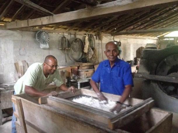Edil e seu pai, Arlindo, mantendo a tradição de fazer a boa farinha artesanal (Foto: Vitor Frias)