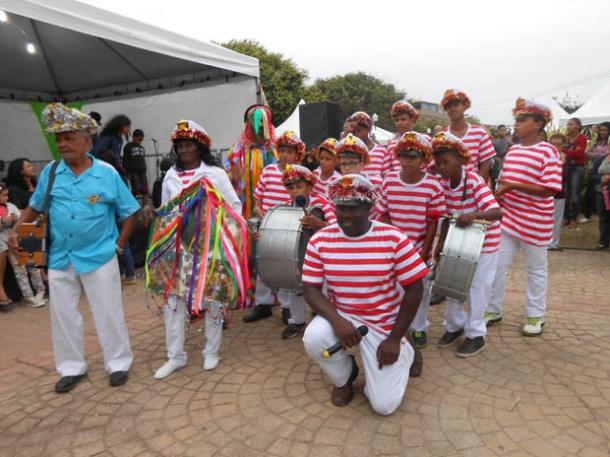 A folia de reis ganhou novos integrantes e o palhaço, fruto da parceria com a Escola Municipal Clotilde, de Sampaio Corrêa (FOto: Dulce Tupy)