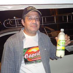 Gil, da Colorgil, produzindo leite de cabra (Foto: Edimilson Soares)