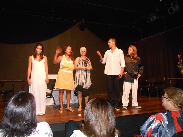 Os atores da Cia Teatral In Palcun que se apresentaram nos eventos (Foto: Dulce Tupy)