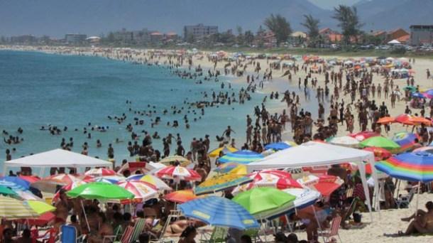 Com uma média de 40 graus, o verão a tem sido um convite para se refrescar nas praias. Página 4 (Foto: Paulo Lulo)