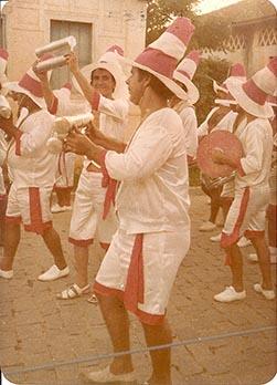 Bravinho ritmista, levantando seu chocalho na bateria do Reco-Reco ( Arquivo Pessoal Bravinho )