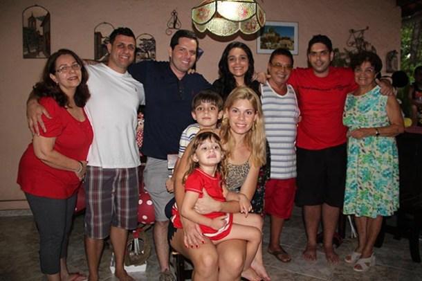 Dr. Basílio de Oliveira, de camisa listrada, com sua grande família em sua casa em Bacaxá (Edimilson Soares