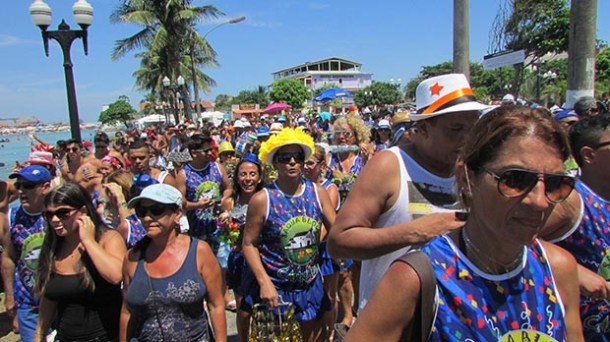 O Saquabloco desfilando na orla da lagoa (Paulo Lulo)