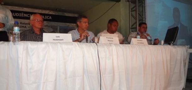 Na mesa, o presidente Maurício e demais técnicos, além do representante da Prefeitura de Saquarema, o procurador Alexandre Esteves (Fotos: Edimilson Soares)