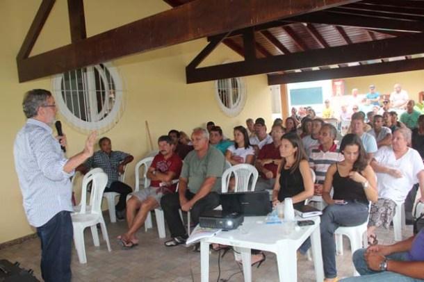 O professor Fernando Peregrino falando às lideranças comunitárias reunidas no Rio da Areia (Fotos: edimilson soares)