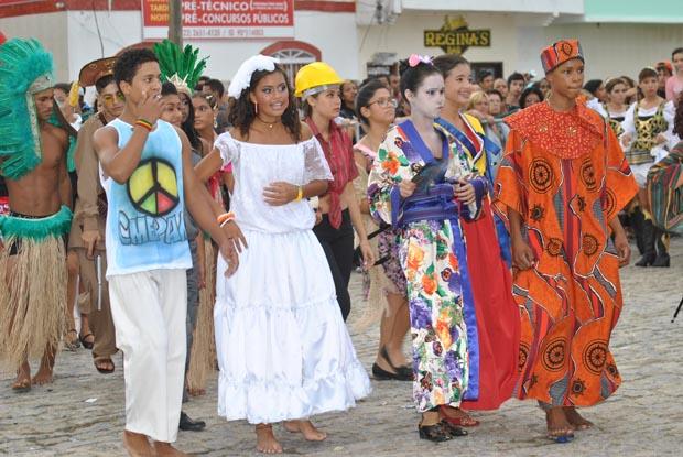 """A diversidade cultural representada pelos jovens durante o desfile, que teve como tema """"escola consciente: valorizando as diversidades, respeitando as diferenças""""  (Foto: SECOM PMS)"""