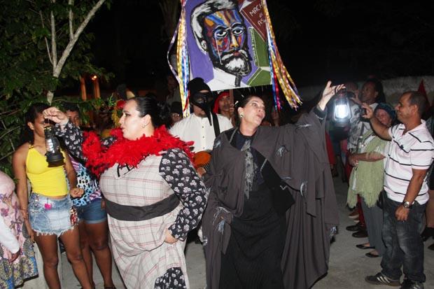 Os atores circulando no espaço externo da Casa do Nós, cercado de árvores, chamando o público para entrar no teatro, numa espécie de cortejo carnavalesco (Fotos: Edimilson Soares)