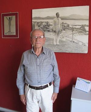 Jurandir Mello em seu gabinete no IBASS, em frente à foto tirada quando foi prefeito, em 1974, durante seu segundo mandato (Foto: Edimilson Soares)