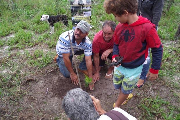 O plantio de mudas de cajueiro em Vilatur, promovido pela Secretaria de Agricultura e Pesca e pela Associação de Amigos da Lagoa de Jacarepiá, AMILA, foi uma demanda da comunidade (Divulgação/Facebook)