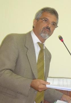 O líder do governo Paulo Renato, ex-presidente da Câmara por duas vezes, com o Regimento Interno na mão (Foto: Edimilson Soares)